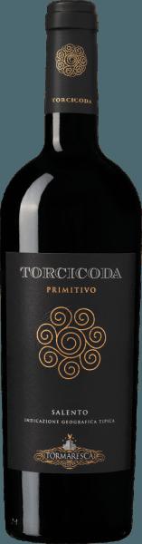 De Torcicoda Primitivo Salento IGT van Tormaresca fonkelt in het glas in een intens robijnrood en ontvouwt een complex bouquet, met aroma's van rijpe, pruimen en zwarte kersen, gevolgd door kruidige tonen van vanille en pure chocolade. In de mond is deze Primitivo droog, zacht, evenwichtig, van een mooie complexiteit, met aanwezige, zachte tannines, aangenaam smakend. De afdronk is harmonieus, aantrekkelijk en aanhoudend lang. Vinificatie van de Tormaresca Torcicoda Primitivo Salento IGT De druiven voor deze single-varietal Primitivo worden geoogst op het optimale rijpheidstijdstip. Na de persing wordt de most overgebracht in roestvrijstalen tanks, geweekt en onderworpen aan een alcoholische gisting gedurende 15 dagen op de schillen bij een gecontroleerde temperatuur van 26°C. Tijdens dit proces verbruikt de most bijna al zijn suiker. Nadat de schillen zijn verwijderd en de wijn is overgebracht in Franse en Hongaarse eiken vaten, ondergaat hij een malolactische gisting en rijpt hij vervolgens 10 maanden in dezelfde vaten. Na het bottelen rijpt de wijn nog 8 maanden in de fles voordat hij te koop wordt aangeboden. Aanbevolen voedsel voor de Torcicoda Primitivo Salento IGT uit Tormaresca Geniet van deze mooie rode wijn uit Puglia bij vleeswaren, stevige pasta's, wild, gestoofde lamsbout of halfzachte tot rijpe kazen. Onderscheidingen van de Torcicoda Primitivo Salento IGT uit Tormaresca Gambero Rosso: 1 glas voor 2015, 2 glazen voor 2014 Falstaff: 92 punten voor 2015 James Suckling: 91 punten voor 2015 en 2014 Wijnadvocaat Robert M.Parker: 90 punten voor 2013