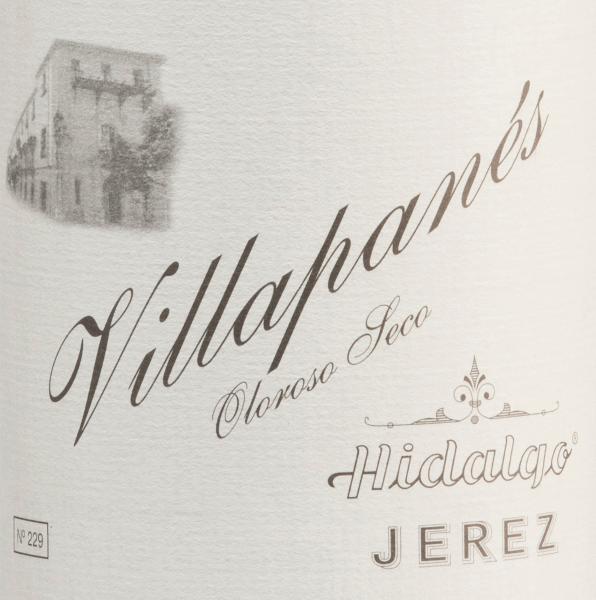 Van het Spaanse teeltgebied D.O.. Jerez komt de Villapanés Oloroso Seco van Emilio Hidalgo - een sherry die uitsluitend wordt gevinifieerd van de Palomino Fino druivensoort. Deze wijn rijpt bijna 15 jaar op Frans eiken. In het glas heeft hij een aantrekkelijke mahoniekleur met goudbruine accenten. Ondanks de lange vatrijping is het bouquet nog fris en elegant met aroma's van walnoten, hazelnoten en walnoten, ondersteund door een fijne kruidigheid. In de mond overtuigt deze sherry met zijn diepe, blijvende persoonlijkheid en een lang aanhoudende afdronk. Vinificatie van de Emilio HidalgoVillapanés Oloroso Seco De met de hand geplukte druiven worden ontsteeld, voorzichtig geperst en de resulterende most wordt gefermenteerd in roestvrijstalen tanks onder temperatuurcontrole. Deze jonge wijn wordt vervolgens afgetapt, versterkt en in Amerikaanse eiken vaten geplaatst voor een eerste rijping. De vaten worden slechts tot op zekere hoogte gevuld (maximaal 85%), zodat de karakteristieke flor (een gistlaag) zich kan ontwikkelen, die de wijn luchtdicht afsluit en hem het sherry-specifieke aroma geeft. Zodra de wijn is gerijpt, wordt hij overgebracht naar het traditionele solera-systeem, waarbij sherry's van hetzelfde type drie tot tien jaar in boven elkaar geplaatste vaten rijpen. De oudste wijnen worden opgeslagen in de onderste vaten (Solera), terwijl de jongste wijnen worden opgeslagen in de bovenste rijen (Criaderas). De sherry bestemd voor de verkoop wordt altijd uit de onderste vaten gehaald. Hier wordt echter slechts een klein deel (maximaal een derde) genomen en het genomen deel wordt vervolgens opgevuld met sherry uit de bovenste rijen. Dit principe wordt voortgezet tot in de bovenste vaten, waar jonge wijn, de Mosto, aan de sherry wordt toegevoegd. Aanbevolen voedsel voor deVillapané HidalgoOloroso Seco Deze sherry uit Spanje is licht gekoeld een prachtige solist. Maar ook bij sterke stoofpotten (zoals bij oma) of bij pittige harde kazen een zeer goede keuze. Onders