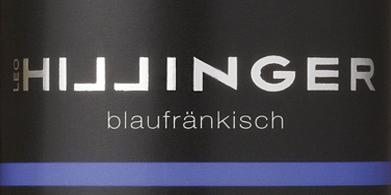 DeBlaufränkisch van Leo Hillinger is een prachtige, single-vineyard rode wijn uit het Oostenrijkse wijnbouwgebied Burgenland. In het glas glinstert deze biologische wijn in een rijk robijnrood met violette accenten. Het intense bouquet wordt gedomineerd door aroma's van donkere bessen (braambes, bosbes en zwarte bes), sappige kersen en minerale hints met fijne specerijen. In de mond presenteert deze Oostenrijkse rode wijn zich met soepele tannines die prachtig harmoniëren met de tonen van de neus. De krachtige, ronde body begeleidt in de aangenaam lange afdronk. Spijs aanbeveling voor de Leo Hillinger Blaufränkisch Deze droge rode wijn uit Oostenrijk past perfect bij ovenvers gestoofd vlees in donkere saus, goulash met lintnoedels, moussaka of ook bij gerijpte bergkazen.