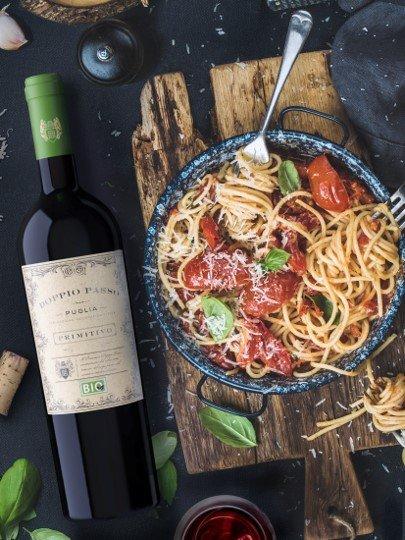 De Doppio Passo BioPrimitivo uit Puglia van het wijnhuis Carlo Botter maakt indruk met zijn diep robijnrood en zijn rijke, fruitige neus. De biologische Doppio Passo presenteert zich als een volle biologische rode wijn met een dichte neus vol zwart fruit zoals bramen en zure kersen, aangevuld met uitnodigende toastaroma's. In de mond begint de Doppio Passo BioPrimitivo geconcentreerd, met een volle body en gekenmerkt door een grote fruitigheid en een mooie, romige smelt. De geconcentreerde aroma's van de neus zijn ook terug te vinden in de smaak en garanderen samen met een fijne fruitzoetheid een lange afdronk. Vinificatie van de Doppio Passo Biologische Primitivo Deze biologische rode wijn krijgt zijn volle smaak door een tweede gisting. Terwijl een deel van de Primitivo druiven nog aan de wijnstok mag rijpen en intensiveren, wordt het eerste deel, de frisse en fruitige oogst, in roestvrijstalen tanks vergist. Na de eerste gisting worden de laat geoogste druiven aan het beslag toegevoegd om een tweede gisting op gang te brengen. Dit geeft de Primitivo een ongelooflijke volheid en structuur.Alleen de beste druiven geteeld volgens biologische normen worden gevinifieerd voor de Doppio Passo. Een prachtige Doppio Passo in biologische kwaliteit. Aanbevolen voedsel voorDoppio Passo Bio Primitivo Puglia Wij bevelen de Doppio Passo Bio Primitivo aan bij donker vlees zoals ossobuco of lamshashlik en bij krachtige pastagerechten met rood vlees en paddenstoelen.